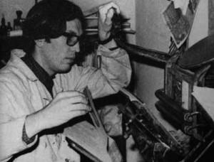 Guillermo Disler trabajando en su imprenta tarjetera Fuente: Memoria Chilena